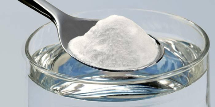 Стакан воды и чайная ложка соды